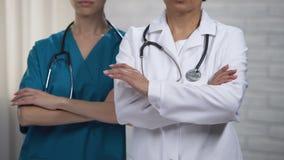 Colleghe medici che attraversano le mani, professionisti sempre pronti ad aiutare paziente archivi video