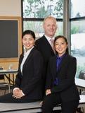 Colleghe Multi-ethnic nella sala per conferenze Fotografia Stock