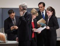 Colleghe nella riunione di crisi nel cubicolo Immagini Stock Libere da Diritti