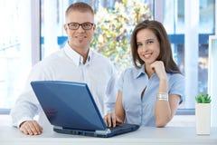 Colleghe sorridenti in ufficio Immagini Stock