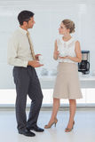 Colleghi alla moda che mangiano caffè insieme Fotografia Stock