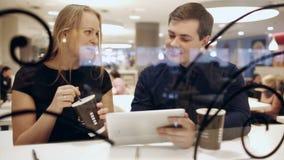 Colleghi in caffè durante il caffè bevente della rottura stock footage