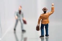 Colleghi che accolgono uno un altro che cammina per funzionare Immagine Stock
