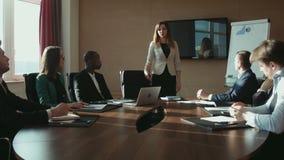 Colleghi che applaudono donna di affari in ufficio video d archivio