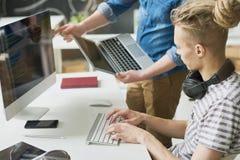 Colleghi che codificano informazioni nell'ufficio Immagini Stock