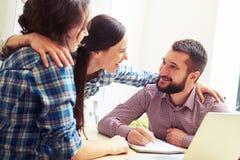 Colleghi che comunicano nell'ufficio Fotografia Stock