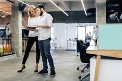 Colleghi che confrontano le idee nell'ufficio Immagini Stock