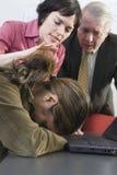 Colleghi che consolano donna. Fotografia Stock