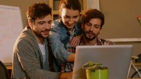 Colleghi che discutono i piani sul bordo bianco video d archivio