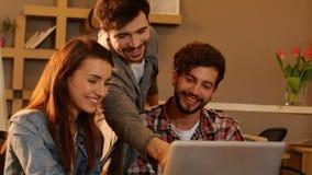 Colleghi che discutono sopra il computer portatile stock footage