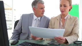 Colleghi che esaminano informazioni sui documenti Immagini Stock