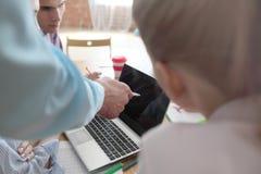 Colleghi che lavorano con il computer portatile Immagine Stock Libera da Diritti