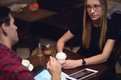 Colleghi che parlano durante il cofee bevente del pranzo e Fotografia Stock