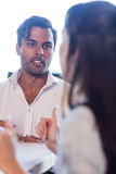 Colleghi che parlano insieme Immagini Stock