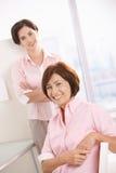 Colleghi che sorridono nell'ufficio Fotografia Stock