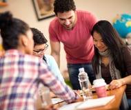Colleghi che studiano insieme nell'aula Fotografia Stock