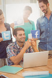 Colleghi che tengono segno dalle reti sociali famose Fotografie Stock Libere da Diritti