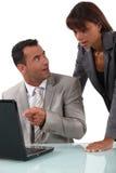 Colleghi colpiti che leggono un email Fotografie Stock Libere da Diritti