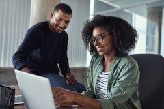 Colleghi creativi che lavorano insieme nell'ufficio immagine stock