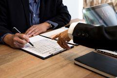 Colleghi del gruppo due di affari che lavorano con il computer, tabl digitale Immagini Stock
