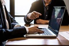 Colleghi del gruppo due di affari che lavorano con il computer, tabl digitale Fotografia Stock Libera da Diritti