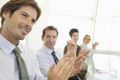 Colleghi di affari che applaudono nell'auditorium Immagini Stock