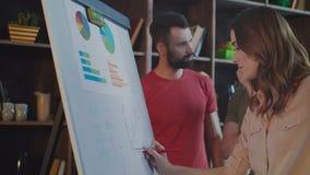 Colleghi di affari che confrontano le idee nell'ufficio moderno Pianificazione aziendale creativa stock footage
