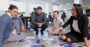 Colleghi di affari che discutono sopra il documento 4k del grafico video d archivio