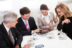 Colleghi di affari che godono di una pausa caffè Fotografie Stock Libere da Diritti