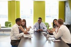 Colleghi di affari che hanno una riunione informale sul lavoro fotografie stock libere da diritti