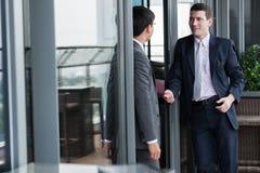 Colleghi di conversazione di affari Immagini Stock