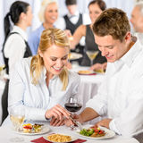 Colleghi di evento dell'azienda di approvvigionamento i giovani mangiano Immagini Stock Libere da Diritti