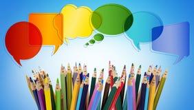 Colleghi e divida le reti sociali Bolla di discorso Fronti divertenti colorati delle matite di sorridere della gente Gruppo di co fotografia stock libera da diritti