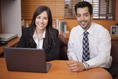 Colleghi felici che lavorano insieme Immagine Stock