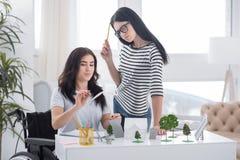 Colleghi femminili concentrati che lavorano al mulino di vento Immagine Stock Libera da Diritti