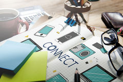Colleghi il concetto di comunicazione della tecnologia dei dispositivi del collegamento fotografie stock