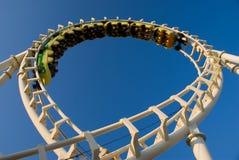 Colleghi il roller coaster in circuito (invertito) fotografia stock libera da diritti