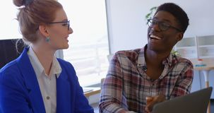 colleghi Multi-etnici di affari che discutono sopra il computer portatile nell'ufficio moderno 4 4k stock footage