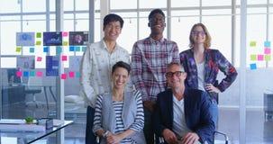 colleghi Multi-etnici di affari che posano insieme nell'ufficio moderno 4k video d archivio