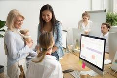 Colleghi multirazziali sorridenti delle donne di affari dei tum differenti di età Immagine Stock Libera da Diritti