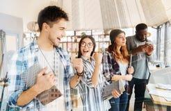 Colleghi positivi che ritengono felici dopo la vittoria Immagini Stock Libere da Diritti