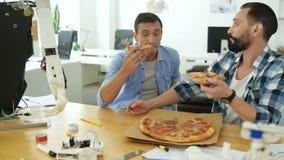 Colleghi positivi pranzando rottura archivi video