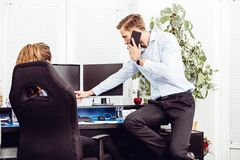 Colleghi in ufficio che lavora al desktop computer fotografie stock