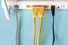 Colleghi un cavo di Ethernet ad un router senza fili Fotografia Stock