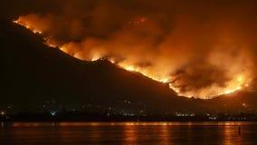 Collere sante di incendio violento del fuoco nelle montagne vicino al lago Elsinore Timelapse video d archivio