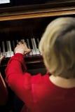 Collet Nolwenn и Olivia Paloyan - равенство Deux рояля играя танго на рояле для танцоров в центре Powerscourt, танго Аргентины на Стоковые Изображения