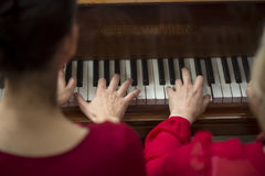Collet Nolwenn и Olivia Paloyan - равенство Deux рояля играя танго на рояле для танцоров в центре Powerscourt, танго Аргентины на Стоковое фото RF