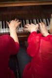 Collet Nolwenn и Olivia Paloyan - равенство Deux рояля играя танго на рояле для танцоров в центре Powerscourt, танго Аргентины на Стоковое Изображение RF