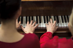 Collet Nolwenn и Olivia Paloyan - равенство Deux рояля играя танго на рояле для танцоров в центре Powerscourt, танго Аргентины на Стоковые Изображения RF