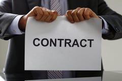Colletto bianco nel contratto dello strappo del legame e del vestito Fotografie Stock Libere da Diritti